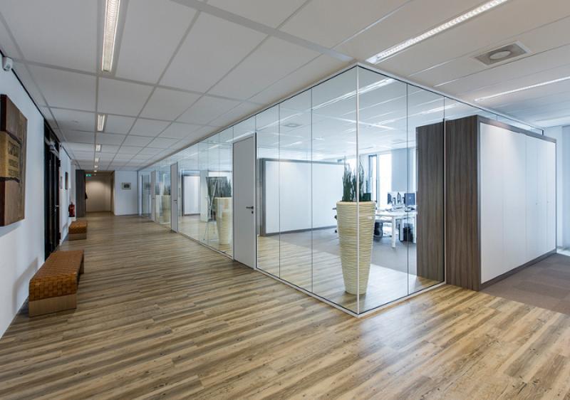 Glazen wanden voor kantoor projectinrichting for Projectinrichting